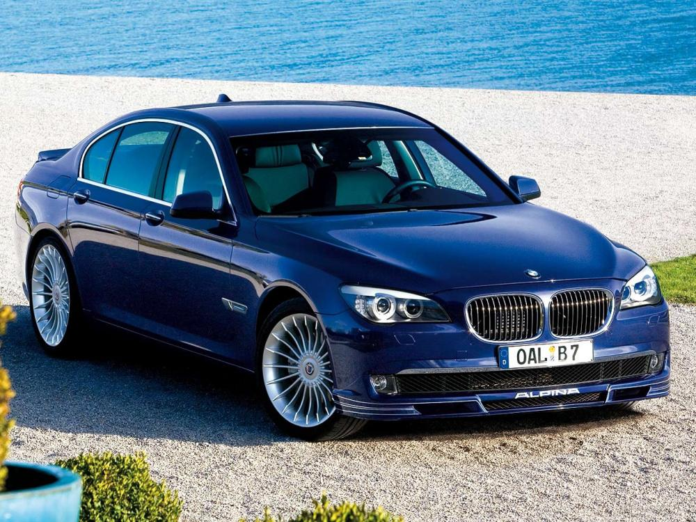 gambar menunjukkan sebuah mobil BMW Alpina B7 berwarna biru sedang diparkir di pinggir jalan