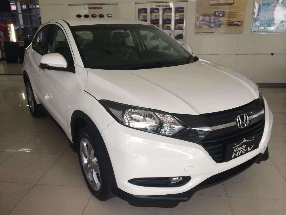 gambar menunjukkan sebuah mobil Honda HRV berwarna putih sedang diparkir