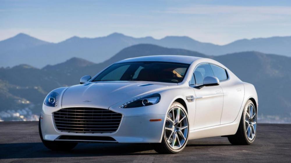gambar menunjukkan sebuah mobil Aston Martin Rapide S sedang berkendara di jalan