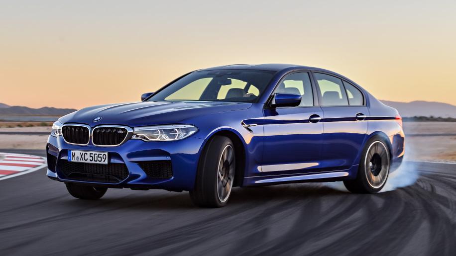 gambar menunjukkan sebuah mobil BMW M5 sedang berkendara di jalan