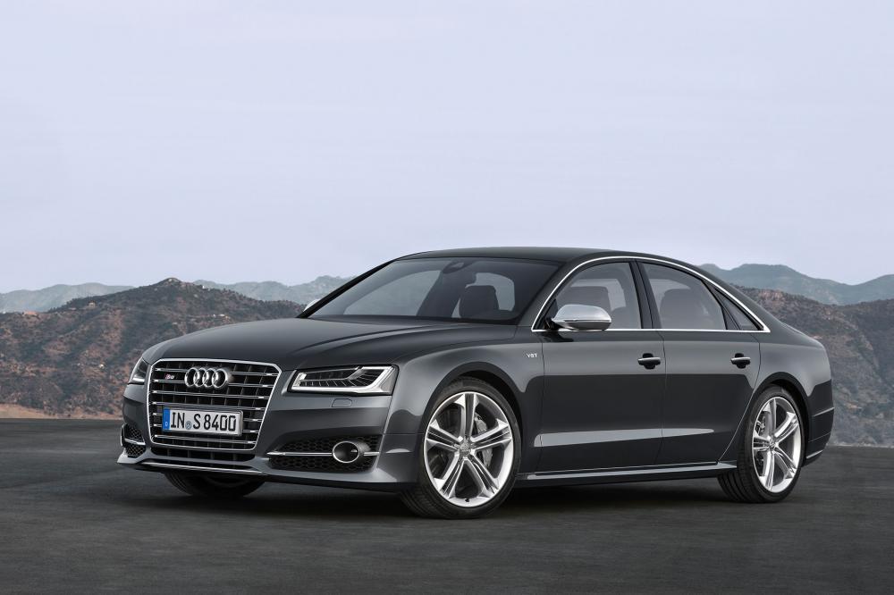 gambar menunjukkan sebuah mobil Audi S8 berwarna hitam sedang diparkir di pinggir jalan