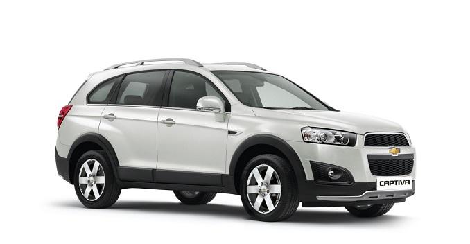 gambar menunjukkan sebuah mobil Chevrolet Captiva berwarna silver sedang ada di ruang putih