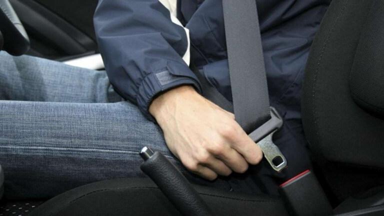 gambar menunjukkan jelas cara memakai sabuk pengaman dalam sebuah mobil