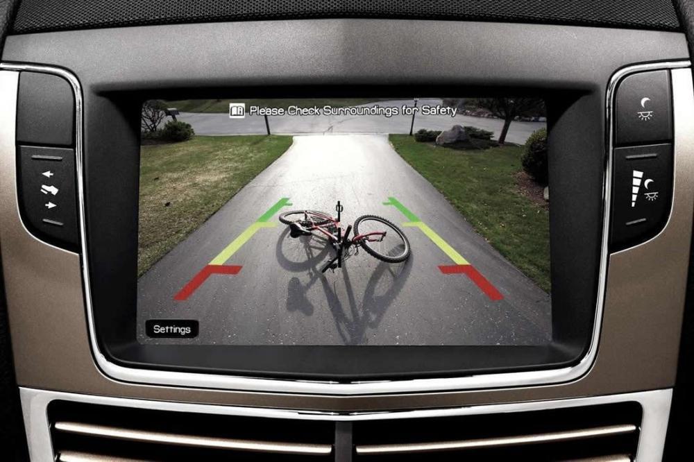 gambar menunjukkan Gambar dicadangkan melalui kamera yang dipajang di layar mobil
