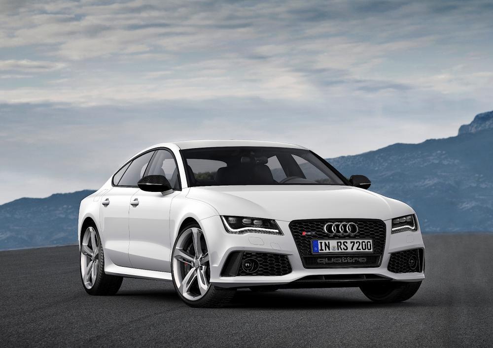 gambar menunjukkan sebuah mobil Audi RS7 berwarna silver sedang diparkir di pinggir jalan
