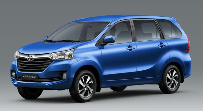 Gambar mobil Toyota Avanza berwarna biru dilihat dari sisi samping