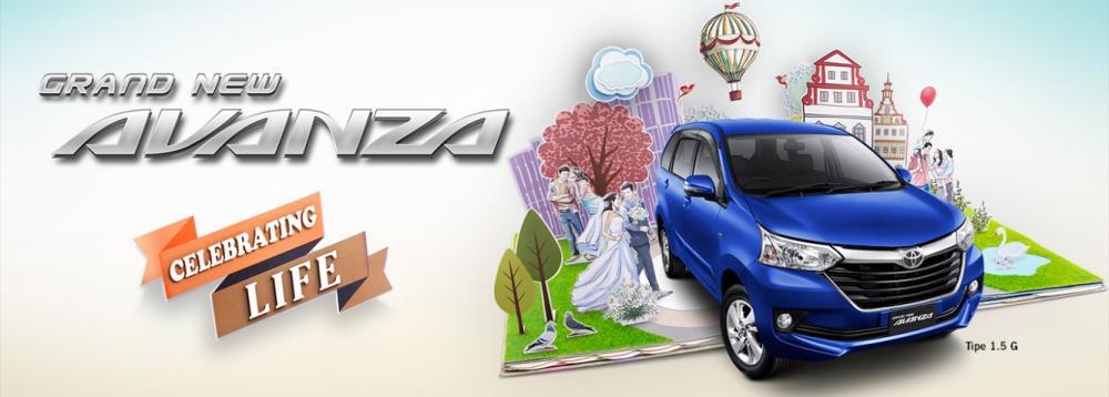 Gambar mobil Toyota Avanza berwarna biru dilihat dari sisi depan di sebelah kiri ada tulisan Toyota Avanza