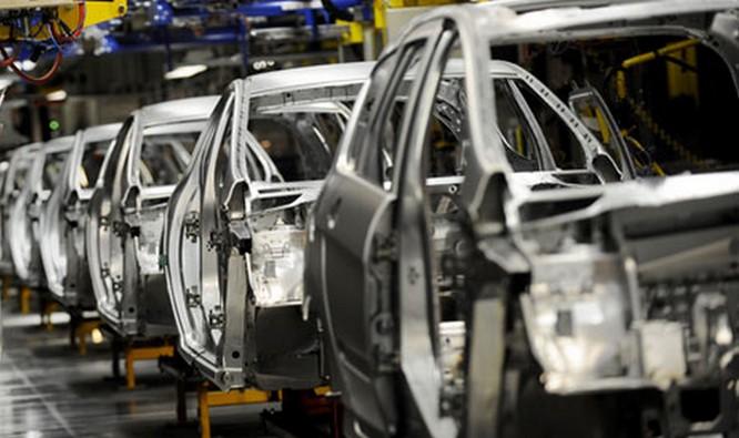 Gambar yang menunjukan produksi beberapa mobil pada sebuah pabrik mobil