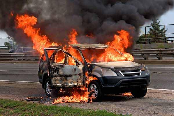 gambar yang menunjukan mobil yang terbakar karena mengalami kecelakaan