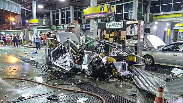 Gambar yang enunjukan mobil yang terbakar pada sebuah pom bensin di Brazil