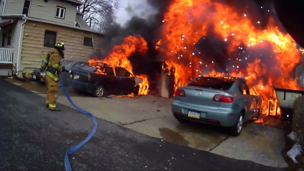gambar yang menunjukan bagian katalis konverter pada mobil yang menyala karena panas