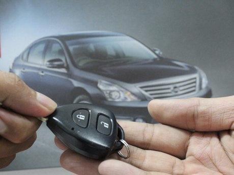 gambar menunjukkan dua orang sedang tukaran kunci mobil