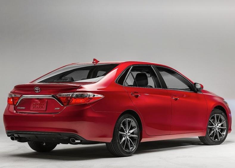 Gambar mobil Toyota Camry berwarna merah dilihat dari sisi belakang