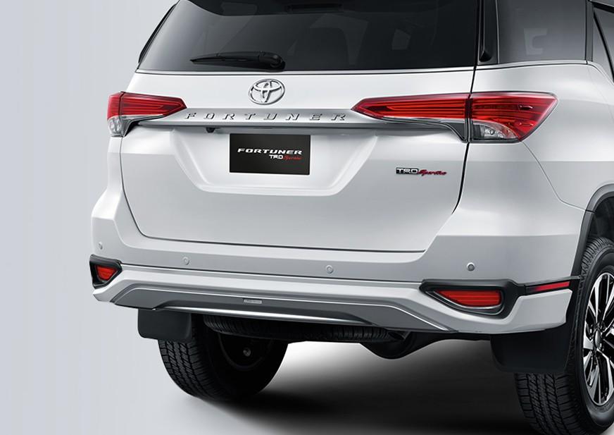 Bagian belakang mobil Toyota Fortuner