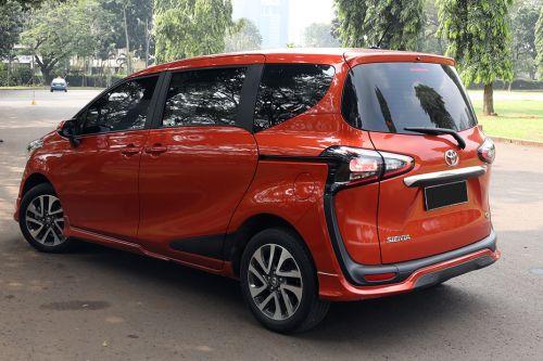 Gambar bagian belakang mobil Toyota Sienta berwarna orange