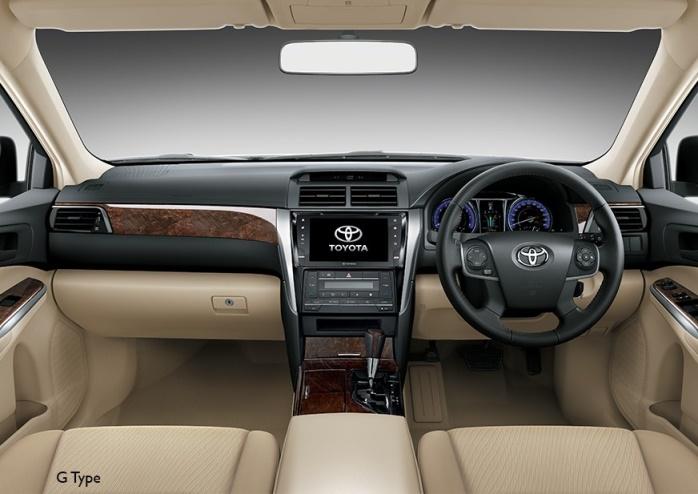 Gambar bagian kabin mobil Toyota Camry berwarna kream