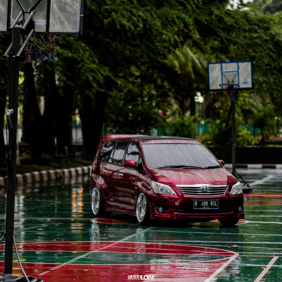 Gamabr mobil Toyota Kijang Innova berwarna merah sedang parkir di luar