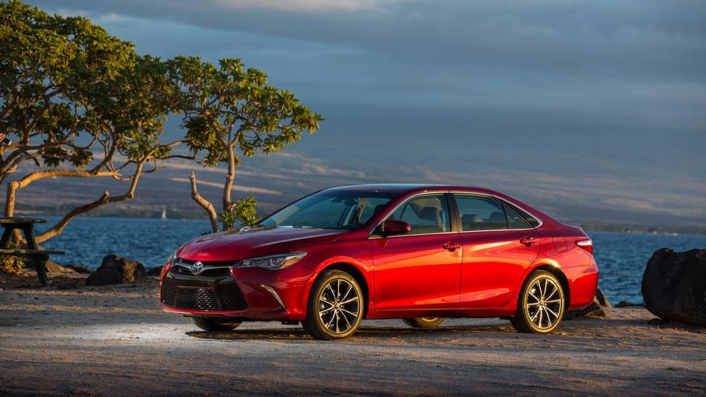 Gambar mobil Toyota Camry berwarna merah