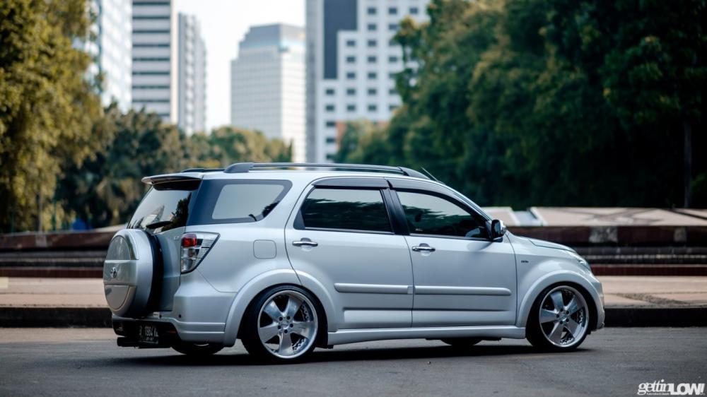 Gambar mobil Toyota Rush berwarna silver dilihat dari sisi samping