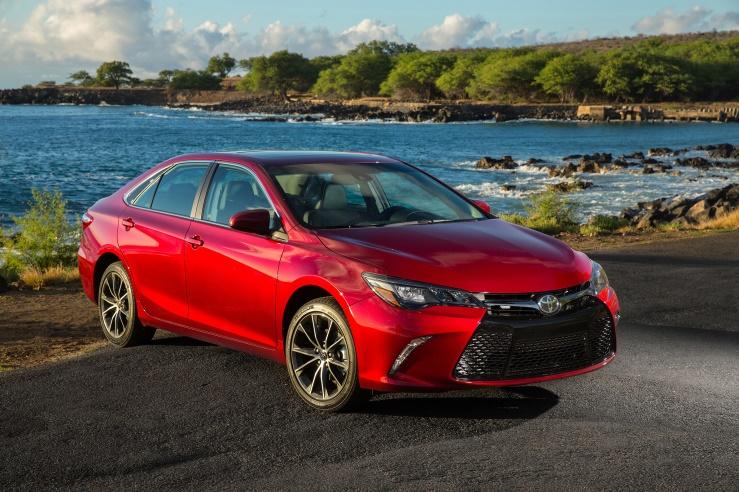Gambar mobil Toyota Camry berwarna merah dilihat dari sisi samping