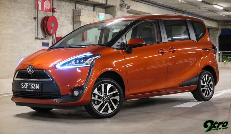 Gamabr mobil Toyota Sienta sedang parkir di jalan