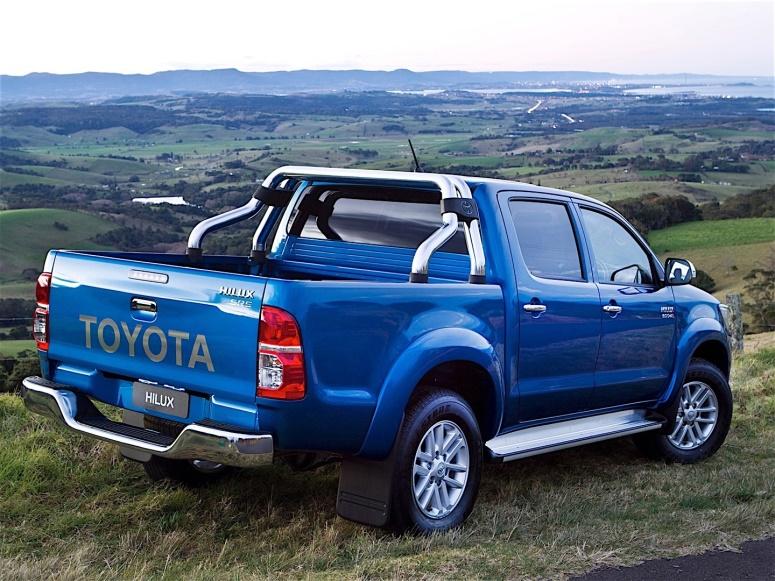 Gambar bagian belakang mobil Toyota Hilux berwarna biru