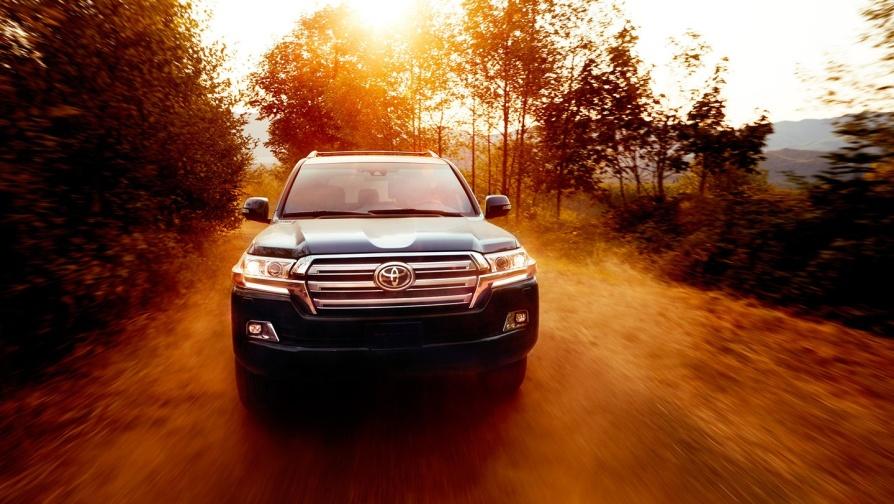 Gambar bagian depan mobil Toyota Land Cruiser