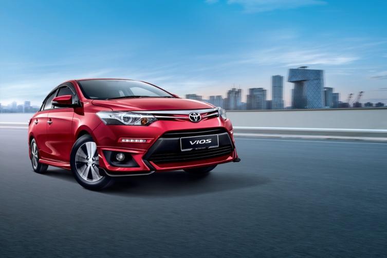 Gambar bagian depan mobil Toyota Vios berwarna merah