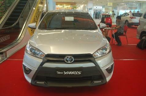 Gambar bagian depan mobil Toyota Yaris berwarna putih