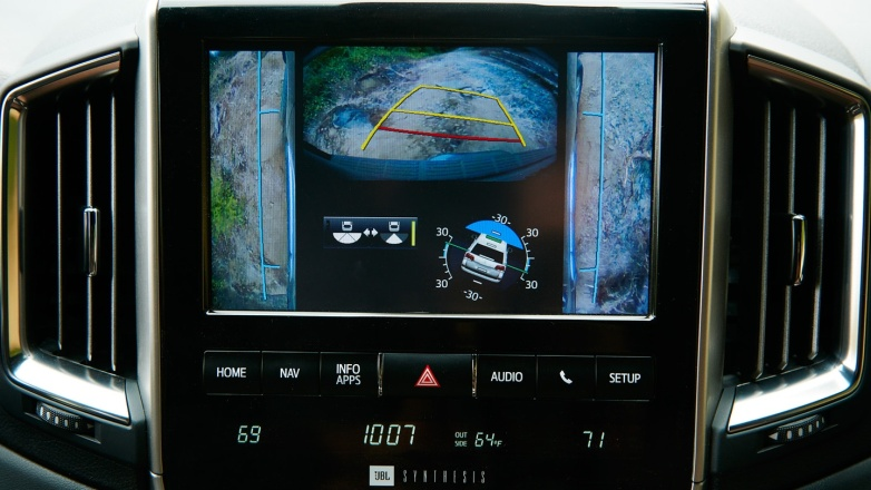 Gamabr bagian dashboard mobil Toyota Land Cruiser terdapat sebuah head unit