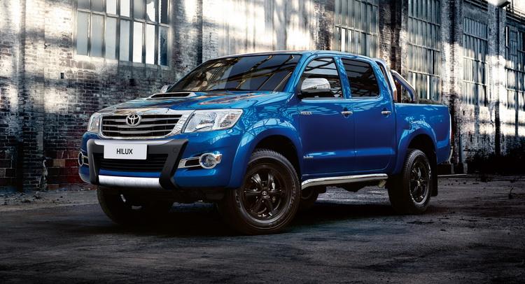 Gambar  mobil Toyota Hilux berwarna biru dilihat dari sisi depan