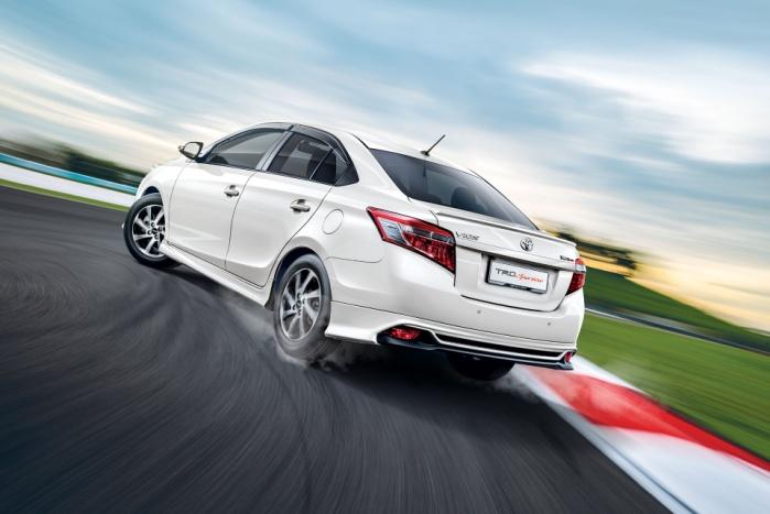 Gambar  bagian samping mobil Toyota Vios berwarna putih