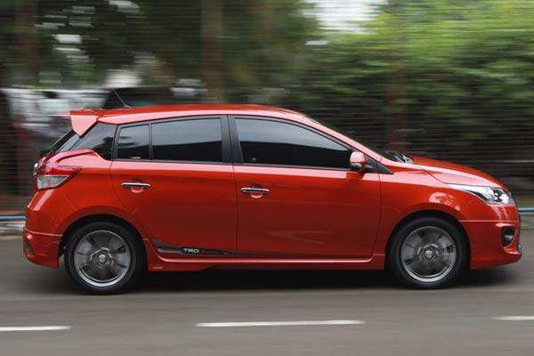 Gambar  bagian samping mobil Toyota Yaris berwarna merah