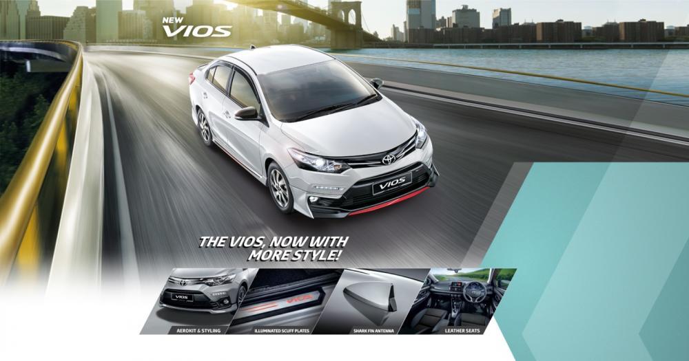 Gambar mobil Toyota Vios berwarna putih sedang berlaju di jalan