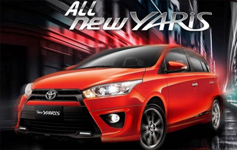 Gamabr mobil Toyota Yaris berwarba merah dilihat dari sisi depan