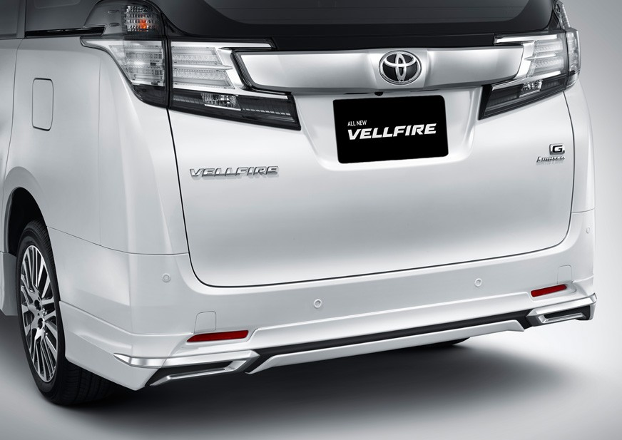 Eksterior belakang Toyota New Vellfire 2018 menggunakan plat krom di bagian tengahnya