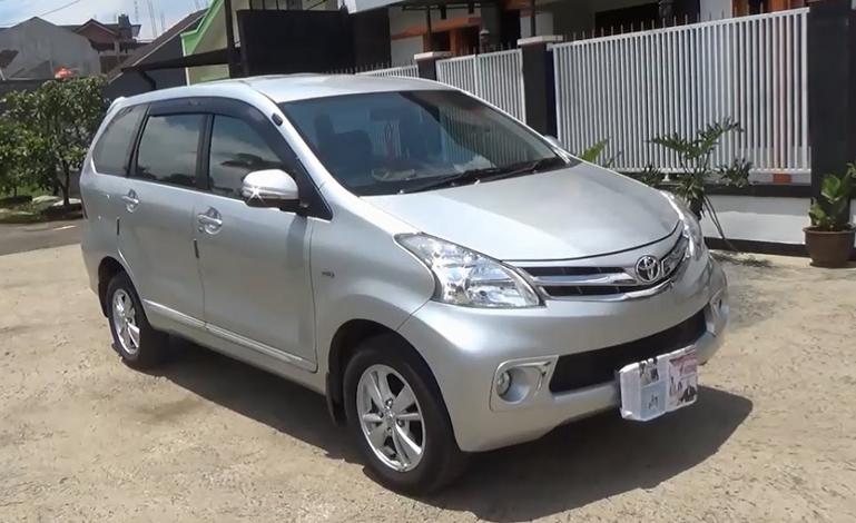Gambar ini menunjukkan Mobil Toyota Avanza Warna silver tampak depan