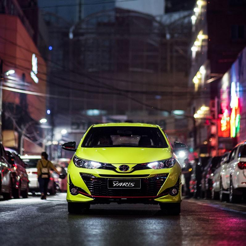Eksterior depan Toyota Yaris 2018 menyuguhkan fitur lampu DRL dan Dynamic Headlamps