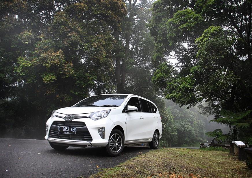 Eksterior samping Toyota Calya 2017 menggunakan pelek berdesain Two-Tone Machining Alloy