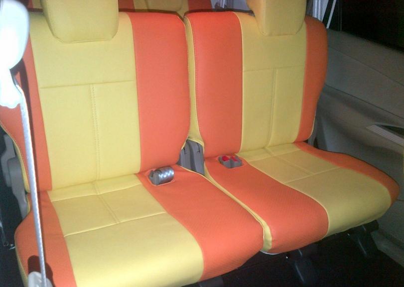 gambar ini menunjukkan sebuah jok pada mobil dengan warna orange dan cokelat