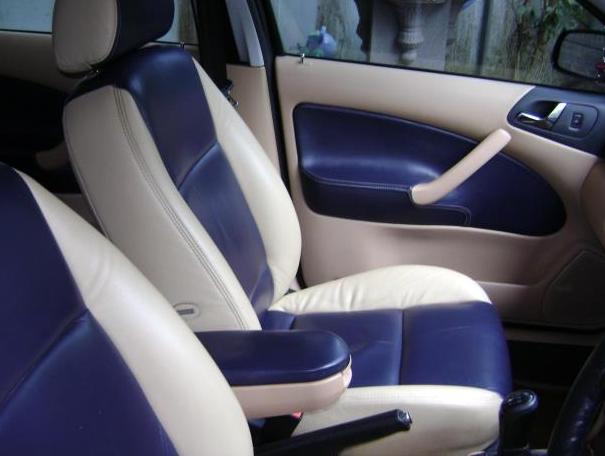 gambar ini menunjukkan jok depan mobil warna biru berpadu dengan putih