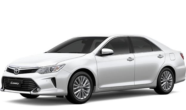 Toyota New Camry berwarna putih dilihat dari sisi depan