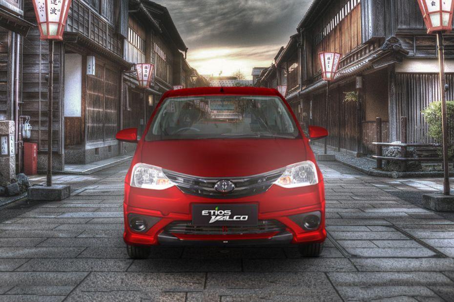 Bagian Depan Toyota Etios Valco berwarna merah Seperti Melengkung dilihat dari sisi depan