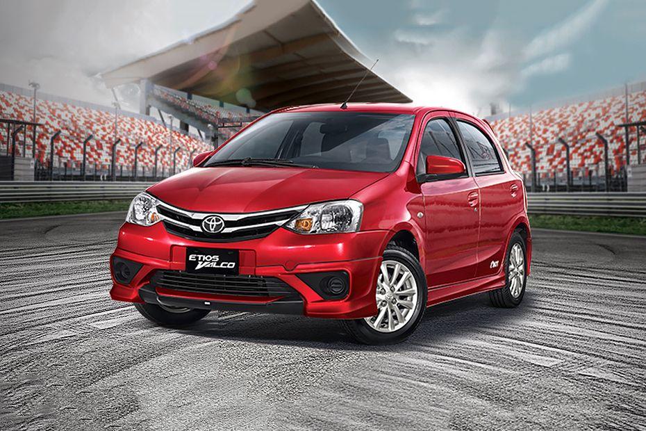 Mobil Toyota Etios Valco Varian Tom's berwarna merah dilihat dari sisi depan