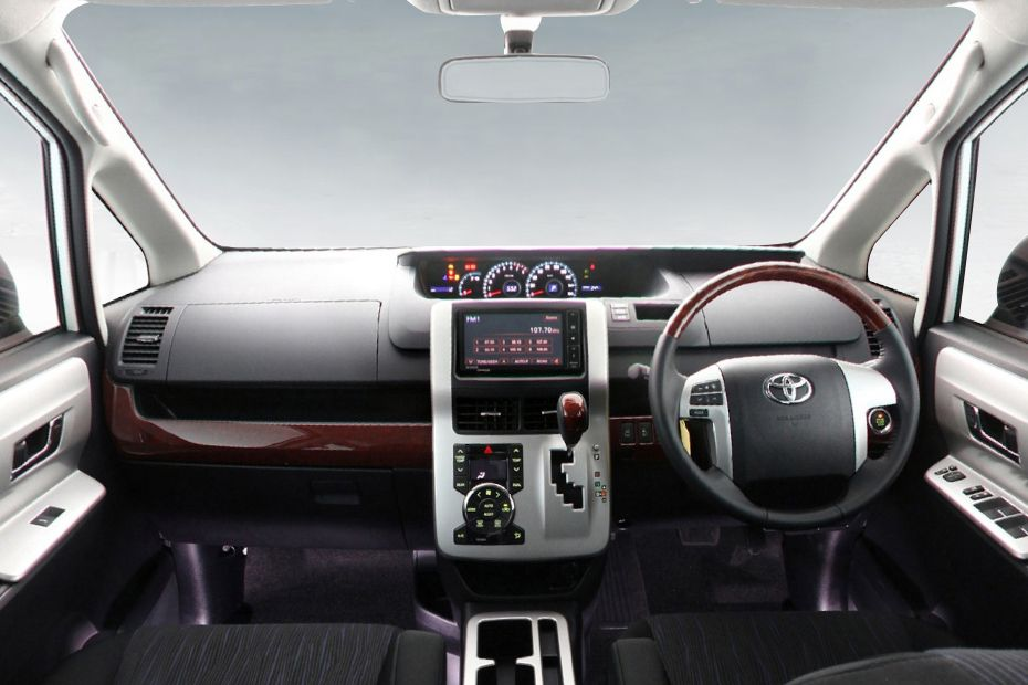 Dashboard Limited Ditambah Aksen Kayu pada mobil Toyota NAV1