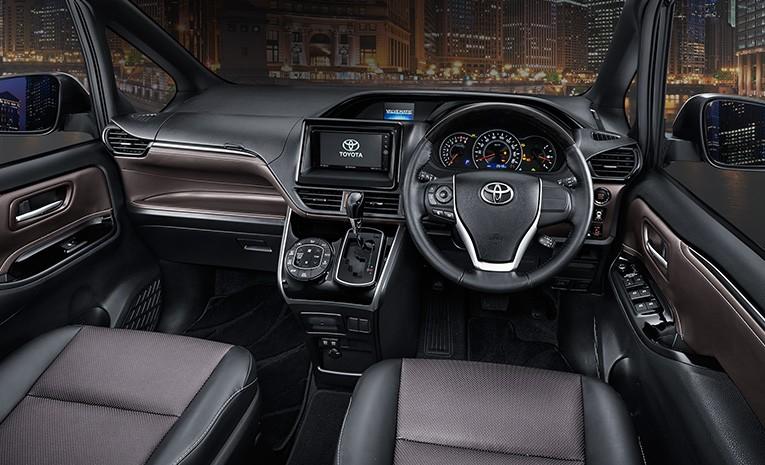 Gambar bagian interior mobil Toyota Voxy dengan kelengkapan fitur di dalamnya