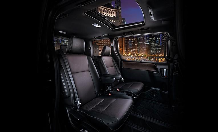 Gambar bagian kursi mobil Toyota Voxy dengan jok berwarna hitam
