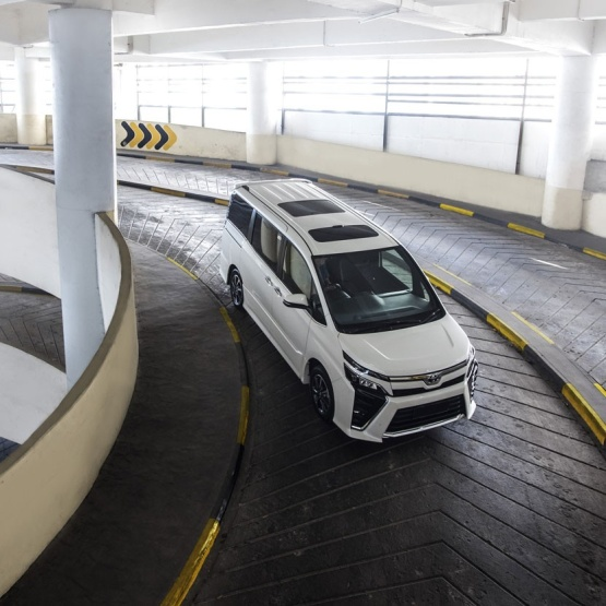 Gambar mobil Toyota Voxy di jalan yang sedang siap ke garage mobil