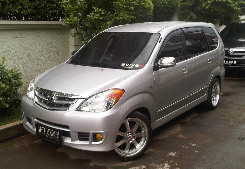 Gambar ini menunjukkan Toyota Avanza tipe E warna silver tampak depan dan samping kiri