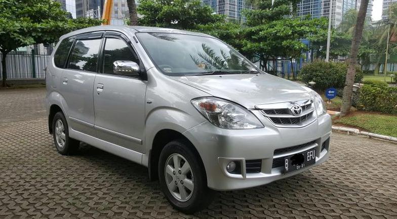 Gambar ini menunjukkan Toyota Avanza tipe G warna silver tampak depan